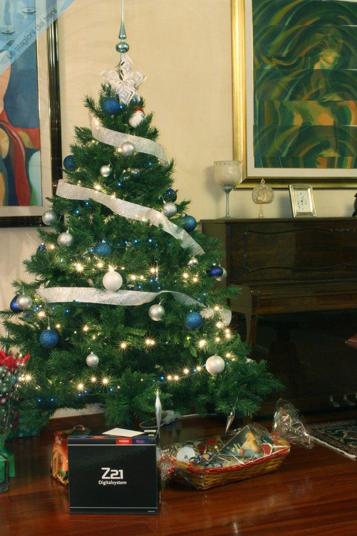 Un albero con i doni è l'occasione per formulare a tutti i visitatori